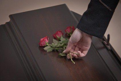 Als Bestatter steht man Menschen in großer Trauer bei. © ufot - Fotolia.com