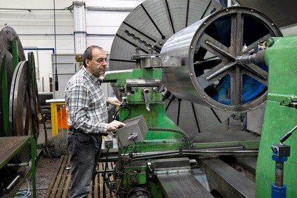 ein Zerspanungsmechaniker bei der Arbeit. Foto: © Gina Sanders - Fotolia.com