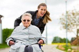 Die Arbeit mit älteren und behinderten Menschen steht im Vordergrund. © Kzenon - Fotolia.com