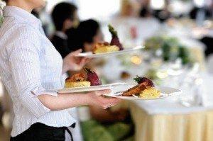 Als Kellner leistet man Dienst am Gast. © MNStudio - Fotolia.com