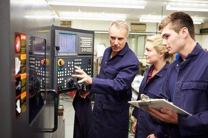 Für die Bedienung von CNC-Maschinen ist ein umfassendes technisches Verständnis vonnöten.
