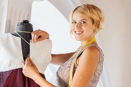 Mode selbst zu schneidern und zu nähen kann sehr erfüllend sein. © Sergey Nivens