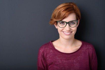 lächelnde junge frau mit grüner brille